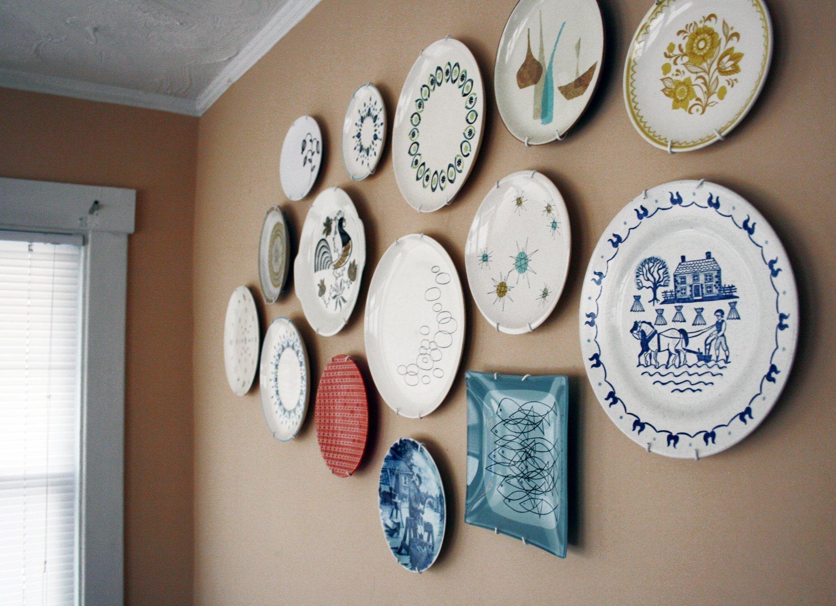 скрытой камерой фотографии стен украшенных тарелками детально